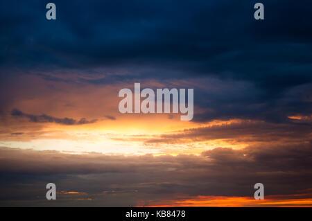 Gewitterwolken auf Sonnenuntergang. atmosphärisches Phänomen - Stockfoto