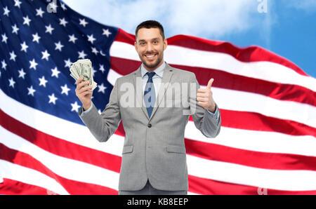 Happy Geschäftsmann mit amerikanischen Dollar Geld - Stockfoto