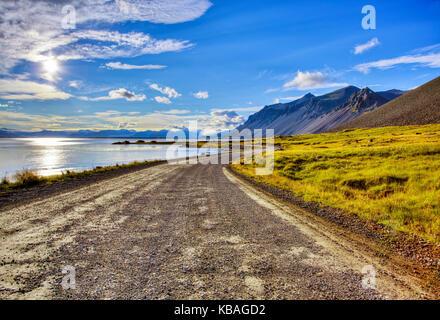 Kurvenreiche Straße und Hohe Berge in Island - Stockfoto