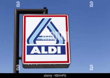 Frederikshavn, Dänemark - 7 September, 2015: Aldi Logo auf einer Stange. Aldi ist einer der weltweit führenden Discounter - Stockfoto