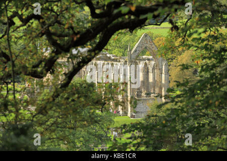 Bolton Abbey (aka Bolton Priory) eine zerstörte Abtei in den Yorkshire Dales, North Yorkshire, England - Stockfoto