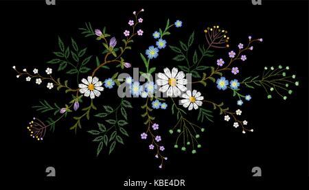 Stickerei trend floralen Muster kleine Zweige kraut Daisy mit kleine blaue violette Blume. Reich verzierte volkstümlichen - Stockfoto
