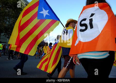 Barcelona, Spanien. 11 Sep, 2017. Die Leute von Barcelona tragen und die katalanische Flagge, füllen die Straßen - Stockfoto
