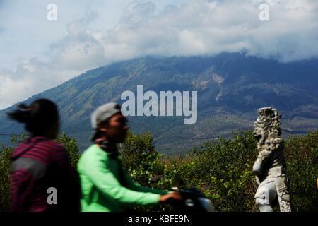 Bali, Indonesien. 30 Sep, 2017. Motorrad Passagiere Vergangenheit Mount Agung Vulkan Karang Asem Bezirk, Bali, Indonesien, - Stockfoto