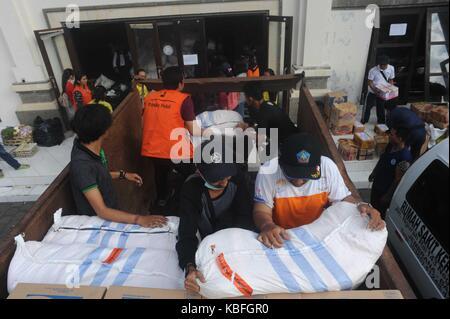 Bali, Indonesien. 30 Sep, 2017. Freiwilliger bereiten Hilfsgüter in Karangasem, in Bali, Indonesien, Sept. 30, 2017. - Stockfoto
