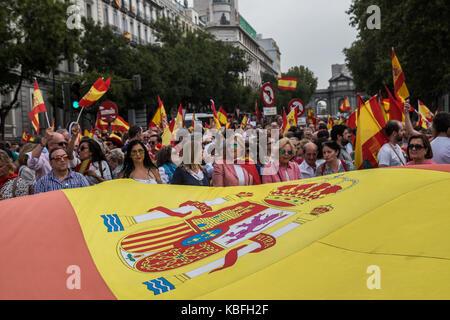 Madrid, Spanien. September 2017. Menschen, die spanische Flaggen ablassen, protestierten vor dem Rathaus und forderten - Stockfoto