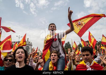 Madrid, Spanien. 30. Sep. 2017 Menschen den Verzicht auf die spanische Fahnen vor dem Rathaus protestiert und fordern - Stockfoto