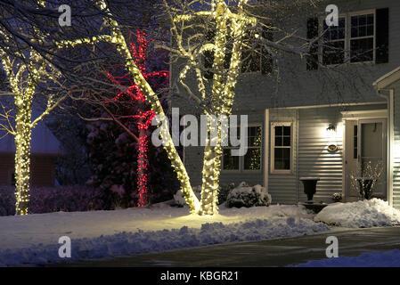 Saisonale Haus Im Freien Dekoration. Hintergrund Haus Mit Vorgarten, Durch  Frischen Schnee Zu Weihnachten