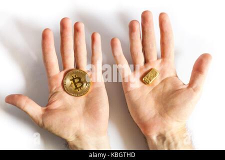 Personen hand BTC gold Bitcoin auf weißem Hintergrund, blockchain und Investitionen in Neue cryptocurrency Konzept - Stockfoto