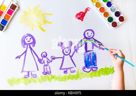 Hand malt das Kind eine glückliche Familie Stockfoto, Bild ...
