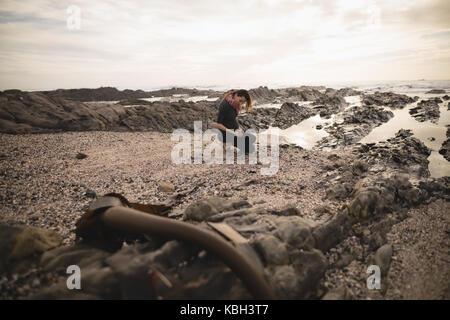 Schwangere Frau stand in der Nähe des Strandes an einem sonnigen Tag - Stockfoto