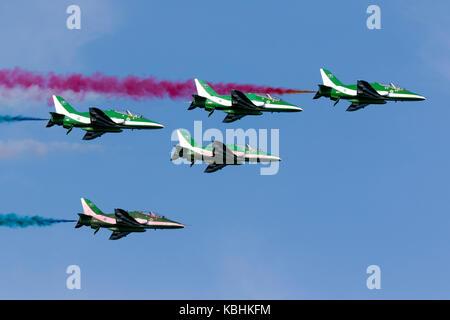 Saudi Air Force British Aerospace Hawk 65A, die Saudi Hawks, Anzeige über dem Meer an der Ostküste von Malta. - Stockfoto
