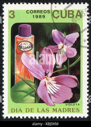 Einen Stempel in Kuba gedruckt zeigt eine Flasche violeta Parfüm, ca. 1989 - Stockfoto