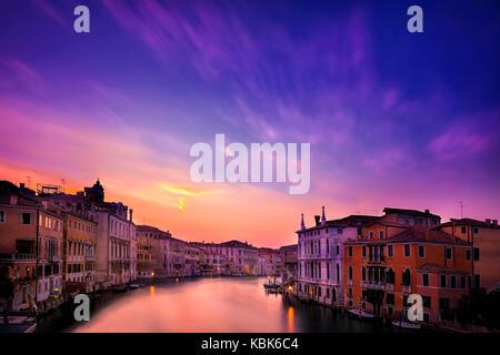 Lange Exposition der dramatischen Himmel bei Sonnenuntergang über Venedig, Italien von der Accademia Brücke aus gesehen