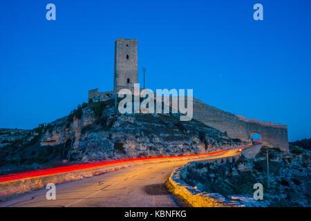 Mittelalterlichen Turm und leichte Wanderwege, Nacht. Alarcón, Cuenca Provinz, Castilla La Mancha, Spanien. - Stockfoto