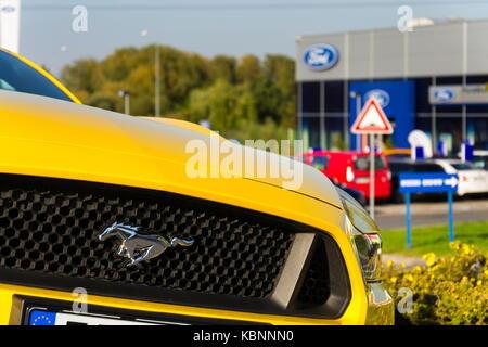 Prag, tschechische Republik - 29 September: Ford Mustang Auto vor Ford Motor Company der Händlerniederlassung Gebäude - Stockfoto