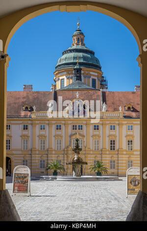 Österreich, Niederösterreich Melk, Eingang zum Innenhof - Stockfoto
