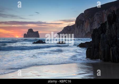 Sonnenuntergang am Strand von Masua, vor dem Pan di Zucchero Reef. - Masua, Sulcis Iglesiente, Iglesias, Sardinien, - Stockfoto