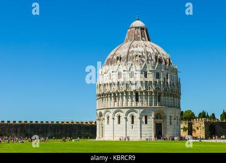 Pisa, Italien: Das Baptisterium des Heiligen Johannes, das größte Baptisterium Italiens, auf dem Platz der Wunder - Stockfoto