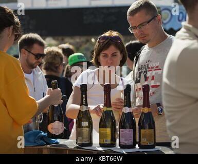 Krim, Russland. 30 Sep, 2017. Menschen nehmen an der WineFest Weinlese und die Herstellung von Wein Festival im - Stockfoto