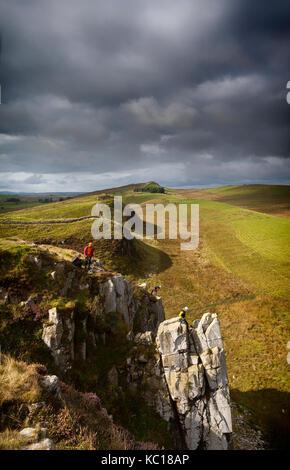 Kletterer auf den Klippen bei Winshields, der höchste Punkt auf dem 2. Jh. Römische defensive Festung Hadrian's - Stockfoto
