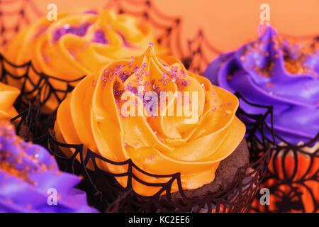 Orange und lila Halloween Cupcakes mit Streuseln - Stockfoto
