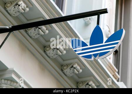 Adidas-Logo über dem Eingang zu ihrer Stores in SoHo ausgesetzt. - Stockfoto