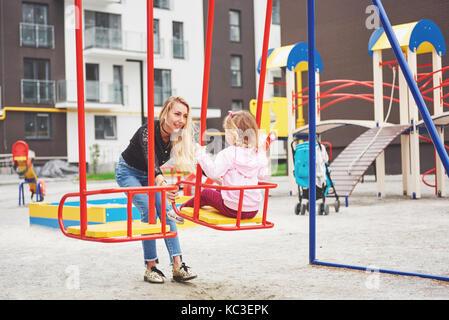 Mutter mit Kind auf dem Spielplatz