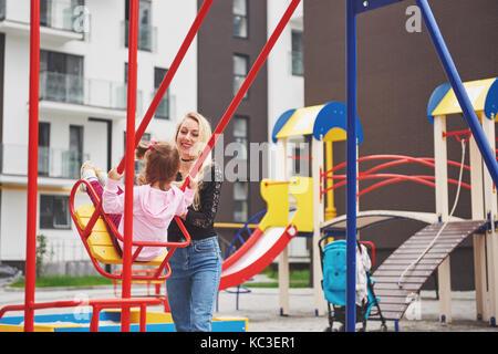 Mutter mit Kind auf dem Spielplatz - Stockfoto
