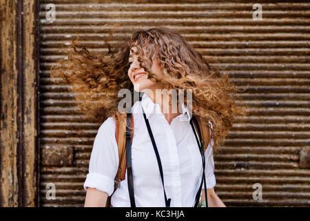 Schöne junge jugendmädchen in der Altstadt. - Stockfoto
