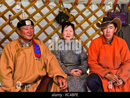 Am Haus des Mongolischen Hirten, Vater, Mutter und Sohn in einem im traditionellen Jurte, Erdenet, Mongolei - Stockfoto