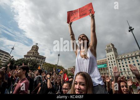 Barcelona, Spanien. 2. Okt 2017. Eine Demonstrantin gesehen Holding pro Unabhängigkeit Fahne an der Rallye. Tausende - Stockfoto