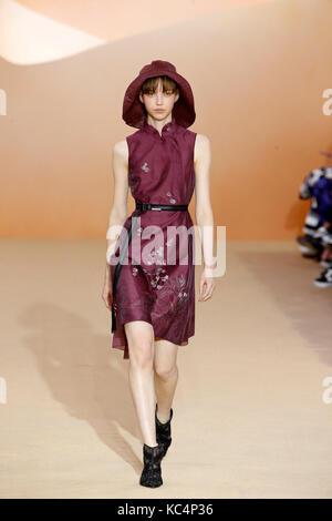 Paris, Frankreich. 2. Okt 2017. Ein model präsentiert eine Kreation der Shiatzy Chen während der Fashion Week für - Stockfoto