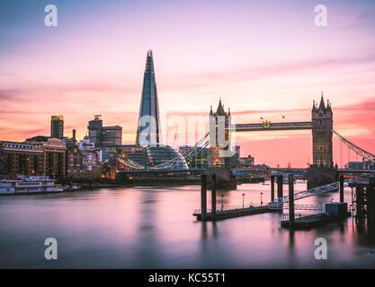 Themen, Themen, Tower Bridge, The Shard, Sonnenuntergang, Wasserspiegelung, Southwark, St Katharine's & Wapping, London, England Stockfoto
