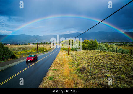 Regenbogen über CR 120 & der kleinen Bergstadt Salida, Colorado, USA - Stockfoto
