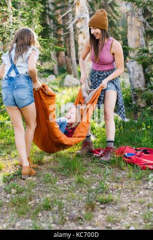 Frau spielen im Wald mit Sohn (6-7) und Tochter (8-9) - Stockfoto