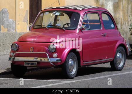 Rosa Lila Fiat 500 auf der Straße geparkt. Classic vintage Modell. Florenz, Italien - Stockfoto