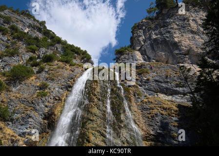 Klettersteig Achensee : Kletterer am klettersteig dalfaz wasserfall dalfazer