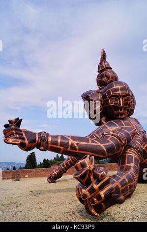 Die Skulptur mit dem Titel drei Köpfe, sechs Arme des chinesischen Künstlers Zhang Huan in Forte di Belvedere Florenz - Stockfoto