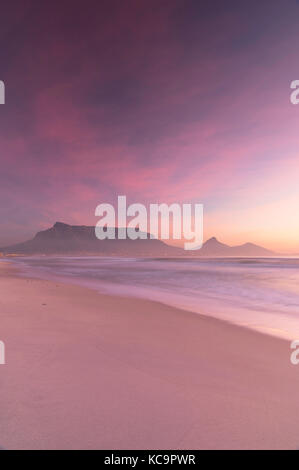 Blick auf den Tafelberg von Kapstadt Strand bei Sonnenuntergang, Cape Town, Western Cape, Südafrika - Stockfoto