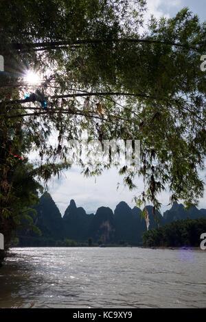 Vertikale Ansicht von schönen chinesischen Naturlandschaft mit karst Hügel, grüne Berge, Bäume, Li Fluss, auf dem - Stockfoto