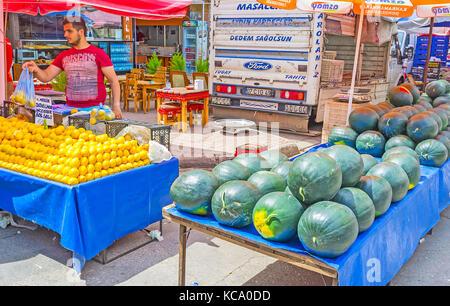 Antalya, Türkei - 12. Mai 2017: Die Frucht mit großen Haufen von Zitronen und Wassermelonen stall in Freitag Markt - Stockfoto