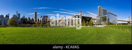 Sommer Panorama der Cornell Tech Campus auf Roosevelt Island mit der Queensboro Bridge. New York City Stockfoto