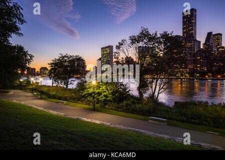Sommer Abend Blick auf Manhattan Midtown East von Roosevelt Island mit dem East River. New York City - Stockfoto