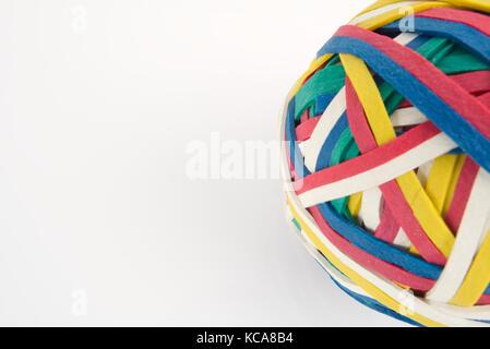 Rubber Band Ball aus vielen bunten Gummibänder auf weißem Hintergrund gemacht - Stockfoto