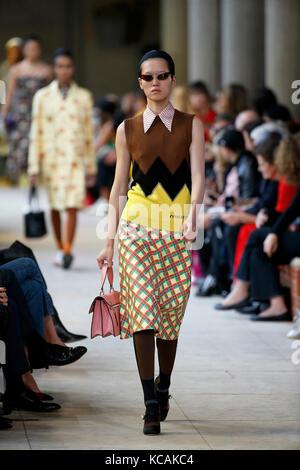 Paris, Frankreich. 3. Okt 2017. Ein model präsentiert eine Kreation von Miu Miu während der Fashion Week für 2018 - Stockfoto