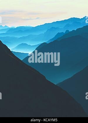 Blick auf die hohen Spitzen Berggipfel aus dem Flugzeug, schöne Aussicht, fantastische verträumte Sonnenaufgang, - Stockfoto