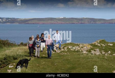Menschen zu Fuß Pembrokeshire Coast Path zwischen Aufbau Kai und Barafundle Bucht in Pembrokeshire, West Wales, - Stockfoto