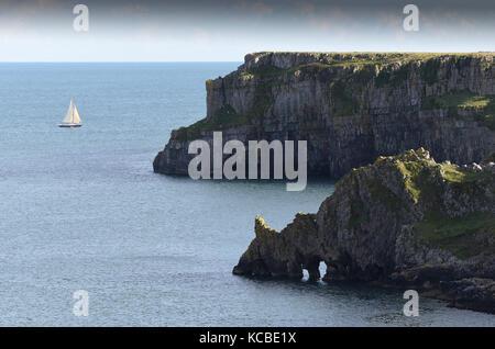 Griffith lort's Loch Felsen in der Nähe von Barafundle Bucht in Pembrokeshire, West Wales, Großbritannien - Stockfoto
