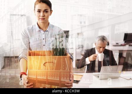 Düstere traurige Frau einsacken für einen neuen Job Position - Stockfoto